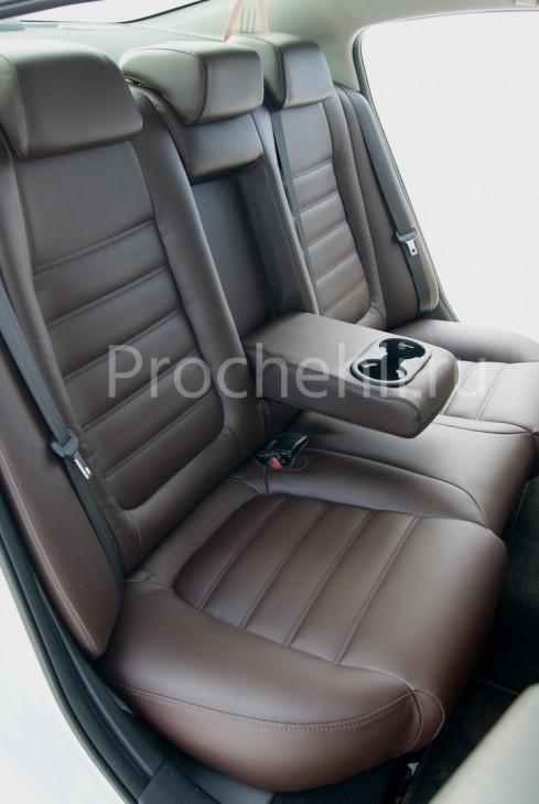 двойная поперечная строчка для сидений на коричневой экокоже
