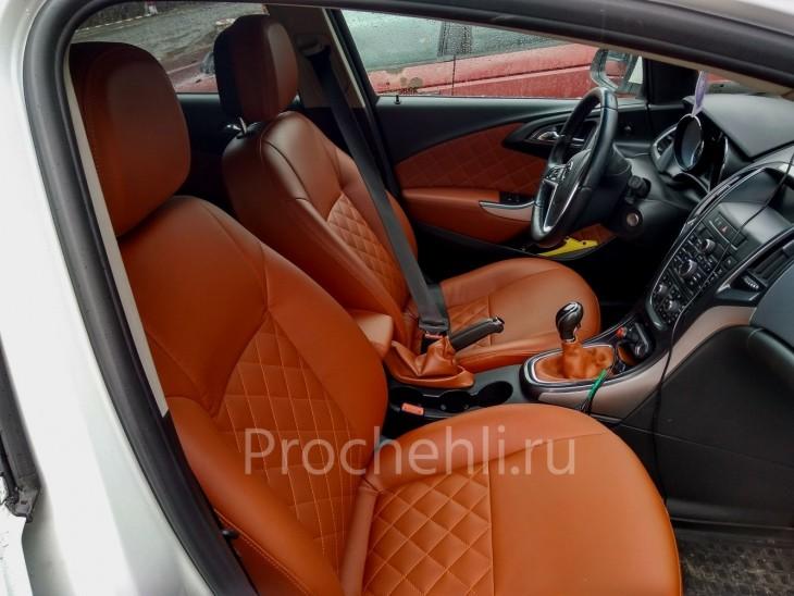 Отсрочка сидений ромбиком рыжей ниткой на рыже-коричневой экокоже