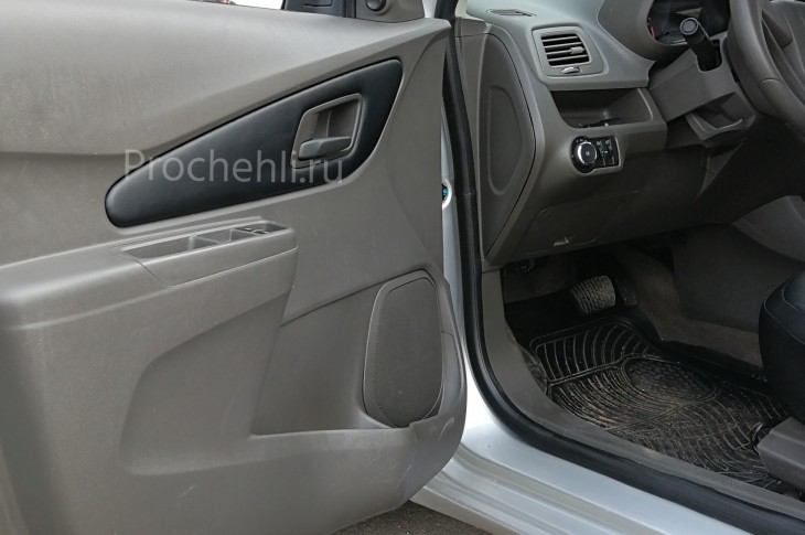 Вставки в карты дверей на Chevrolet Cobalt из черной экокожи №2