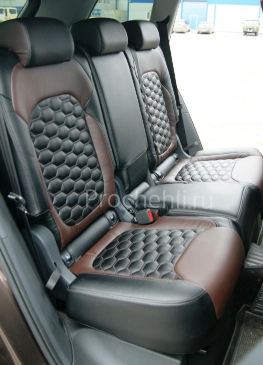 Каркасные авточехлы для Skoda Kodiaq (Шкода Кодиак) из черной и коричневой экокожи с отстрочкой сотами №6
