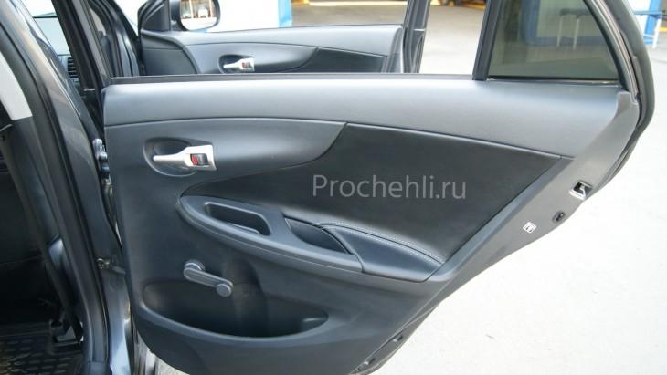 Вставки в карты дверей Toyota Corolla E140,E150 из черной экокожи №1