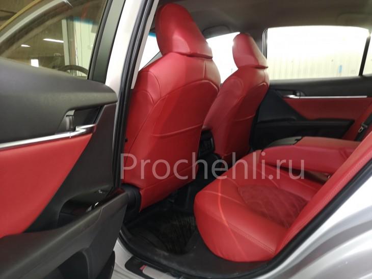 Каркасные чехлы на Toyota Camry 8 (V70) c эффектом перетяжки из красной экокожи дакота с алькантарой с ромбом №7
