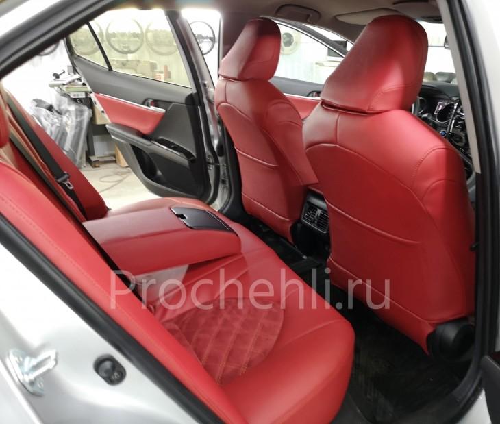 Каркасные чехлы на Toyota Camry 8 (V70) c эффектом перетяжки из красной экокожи дакота с алькантарой с ромбом №2