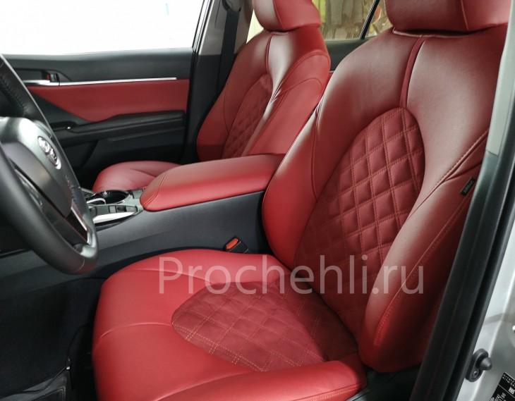 Каркасные чехлы на Toyota Camry 8 (V70) c эффектом перетяжки из красной экокожи дакота с алькантарой с ромбом №1