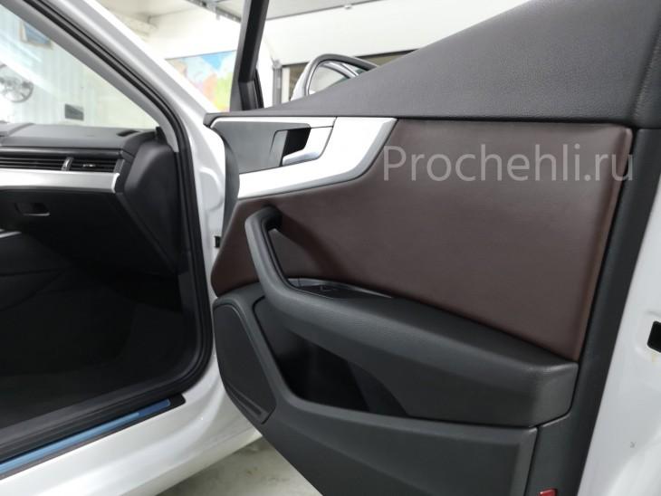 Вставки в карты дверей на Audi A4 B9 из коричневой экокожи