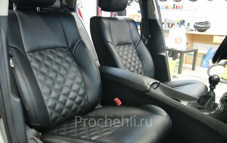 Каркасные авточехлы для Toyota Avensis 3 из черной экокожи с двойным ромбом №1