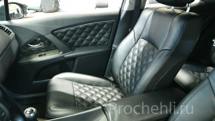 Каркасные авточехлы для Toyota Avensis 3 из черной экокожи с двойным ромбом №3