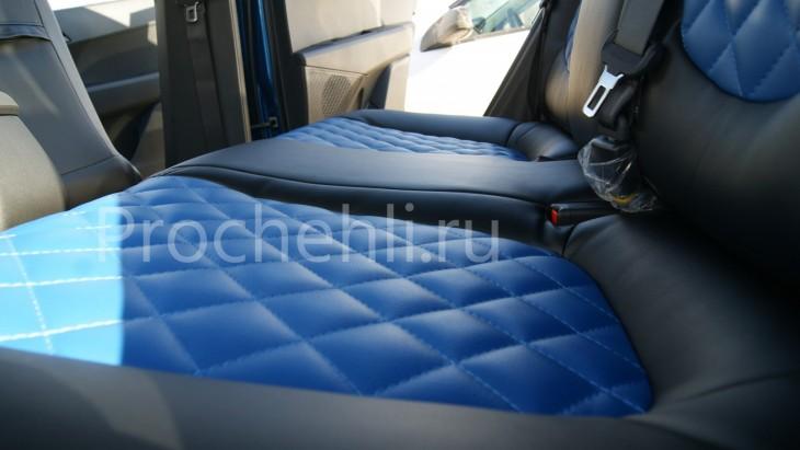 Чехлы на Hyundai Creta с эффектом перетяжки из черной и синей экокожи с отстрочкой ромб №6