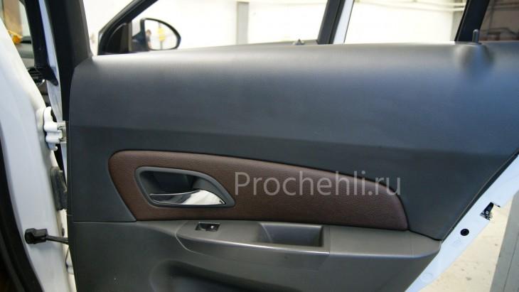 Чехлы на Chevrolet Cruze c эффектом перетяжки из темно-коричневой экокожи с грубой фактурой №1