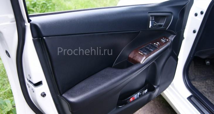 Вставки в карты дверей Toyota Camry 7 из черной экокожи №1