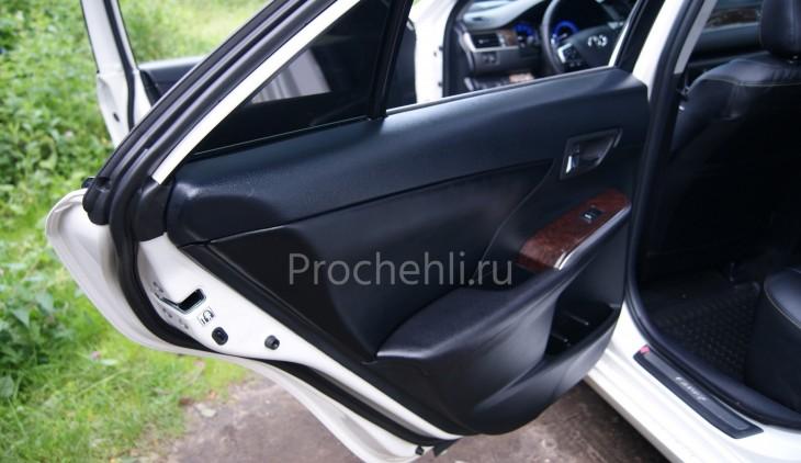 Вставки в карты дверей Toyota Camry 7 из черной экокожи №2