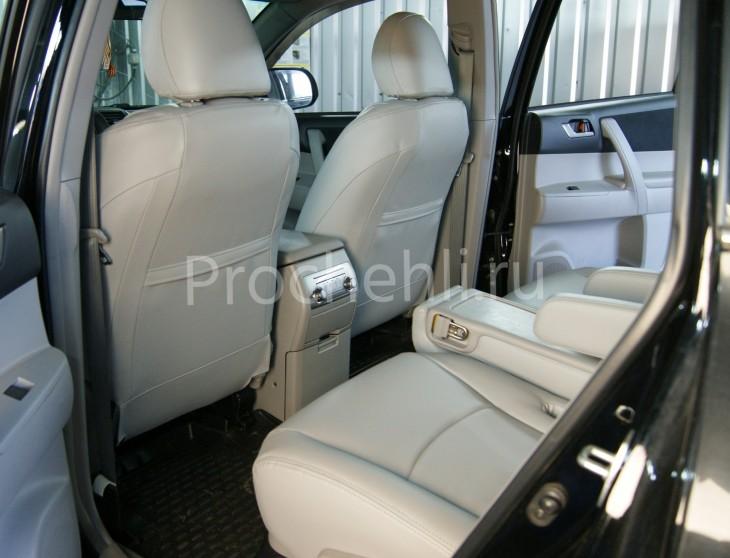 Чехлы на Toyota Highlander 2 с эффектом перетяжки из экокожи №6